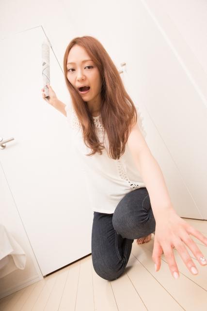 ゴキブリに振りかぶる女性